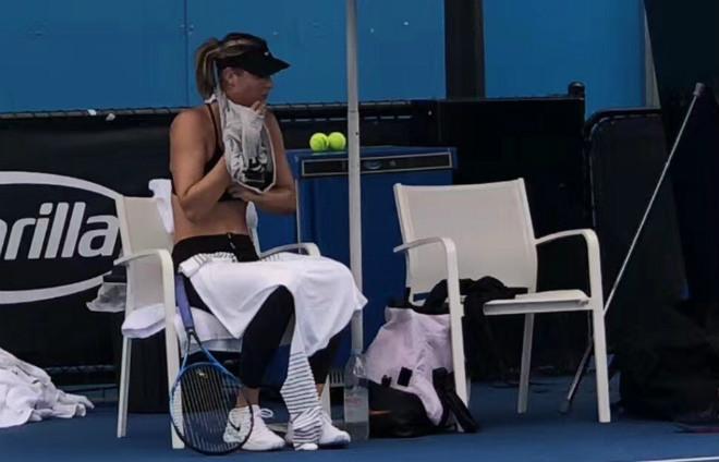 """Australian Open: Sharapova """"gây bão"""" cởi áo giữa thanh thiên bạch nhật 4"""