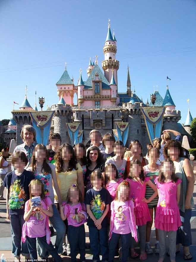 Vụ bố mẹ Mỹ xiềng xích 13 con: Cô gái 17 tuổi nhỏ xíu như trẻ lên 10