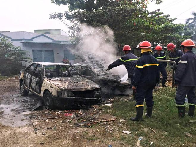 Đốt rác trên phố Sài Gòn, 2 ô tô bị thiêu rụi - 1