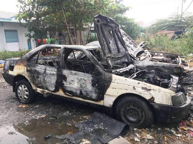 Đốt rác trên phố Sài Gòn, 2 ô tô bị thiêu rụi - 2