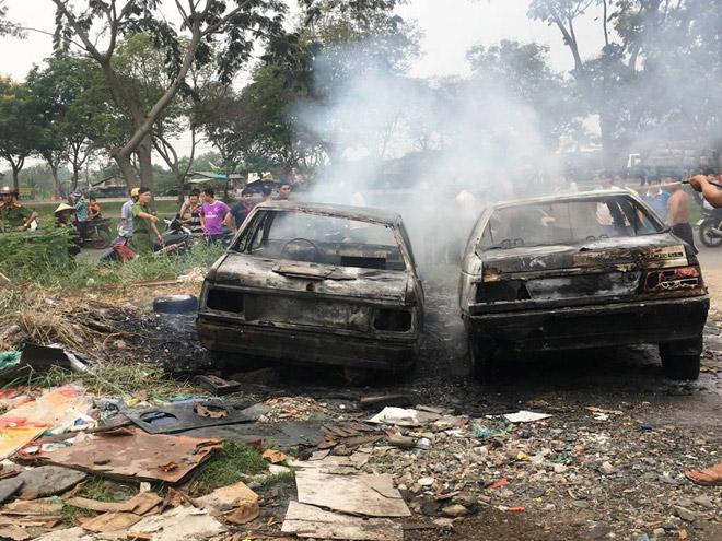 Đốt rác trên phố Sài Gòn, 2 ô tô bị thiêu rụi - 3
