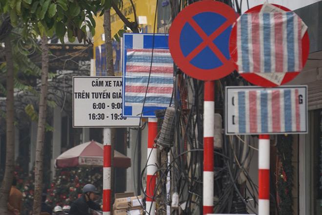 """Vì sao nhiều biển báo trên phố Hà Nội bất ngờ bị """"bịt mắt""""? - 2"""