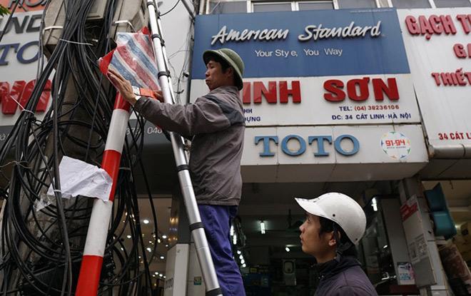 """Vì sao nhiều biển báo trên phố Hà Nội bất ngờ bị """"bịt mắt""""? - 3"""