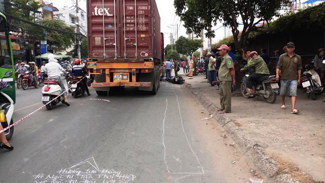 Cố tránh lên vỉa hè, người đàn ông vẫn tử vong dưới bánh xe container