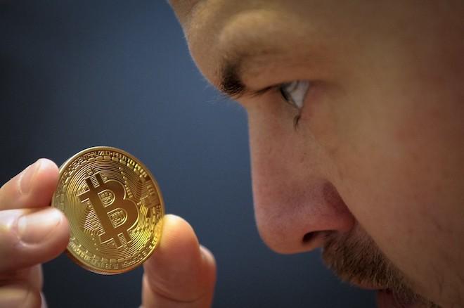 Bitcoin lại lao dốc, chỉ còn hơn 12.000 USD