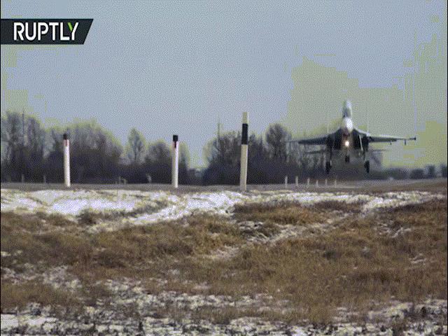 Xem máy bay ném bom Nga hạ cánh trên đường ô tô