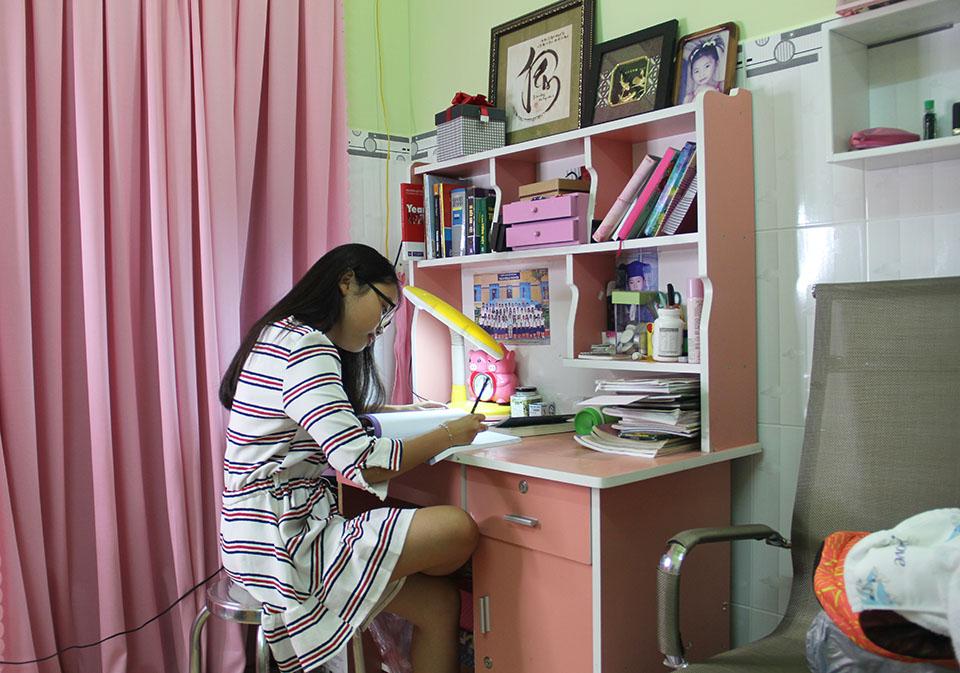 Nhà nhỏ được cơi nới, chứa hơn 1.000 bộ áo dài của Phương Mỹ Chi ở Sài Gòn - 1