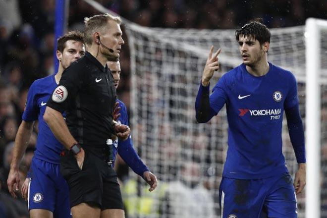 """Morata """"chân gỗ"""" & ăn vạ, Conte – Chelsea nổi điên vì thẻ đỏ 1"""