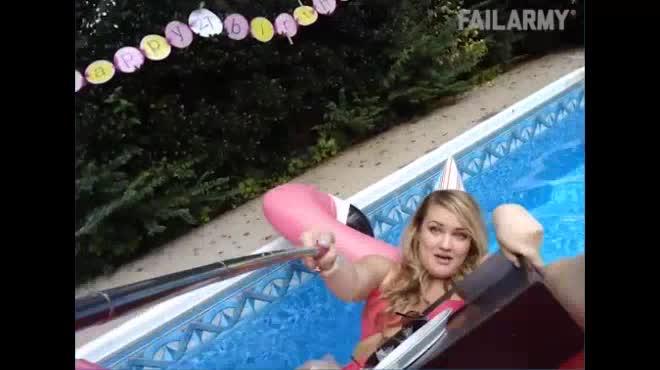 """Bắt gặp tình huống """"dở khóc dở cười"""" ở bể bơi"""