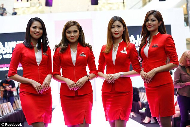 Thấy nữ tiếp viên Malaysia mặc áo lộ ngực, hành khách bức xúc