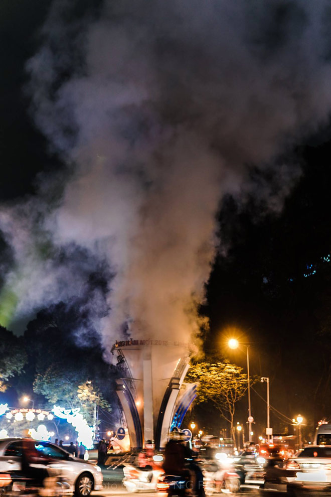 Lửa cháy ngùn ngụt tại đèn trang trí Tết ở trung tâm Sài Gòn - 3