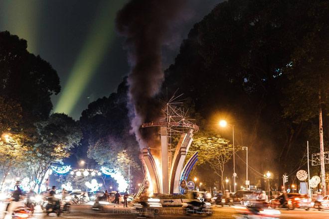 Lửa cháy ngùn ngụt tại đèn trang trí Tết ở trung tâm Sài Gòn - 2