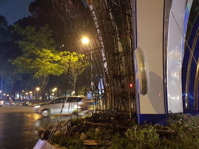 Lửa cháy ngùn ngụt tại đèn trang trí Tết ở trung tâm Sài Gòn - 4