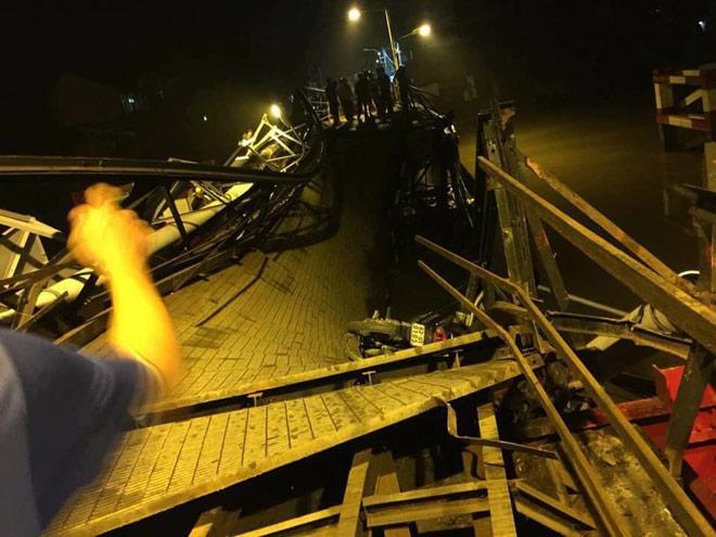 Sập cầu ở Sài Gòn, nhiều phương tiện rơi sông