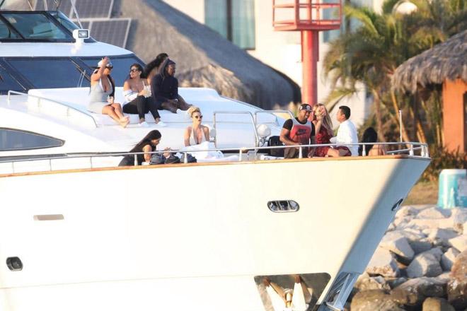 """Nhức mắt Mayweather: Gọi 5 mỹ nữ """"thiếu vải"""", đấm bóp trên du thuyền 6"""