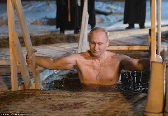 Tổng thông Putin khoe vẻ vạm vỡ, ngâm mình trong hồ nước băng giá 2