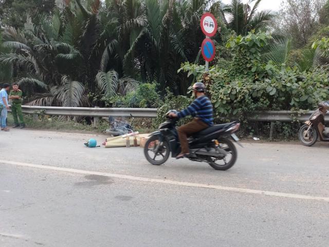 """Xe ben """"đại náo"""" phố Sài Gòn, người và xe máy văng tứ tung - 6"""
