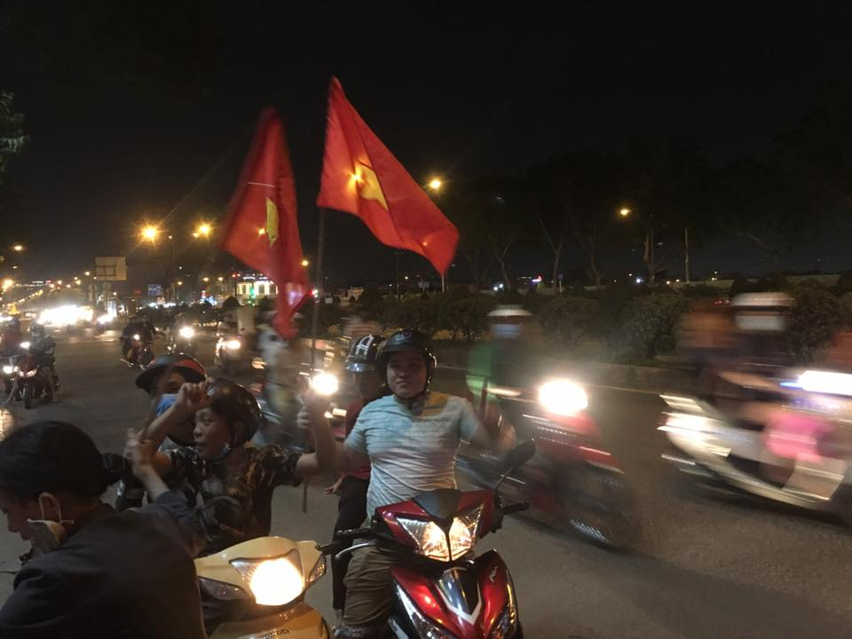 """U23 Việt Nam tạo nên """"cơn địa chấn"""", người hâm mộ đổ ra đường ăn mừng không ngớt - 16"""