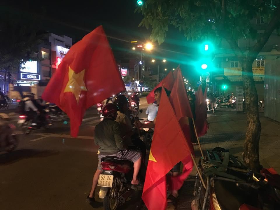 """U23 Việt Nam tạo nên """"cơn địa chấn"""", người hâm mộ đổ ra đường ăn mừng không ngớt - 17"""