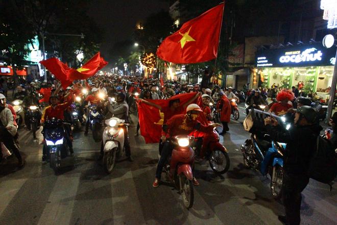"""U23 Việt Nam tạo nên """"cơn địa chấn"""", người hâm mộ đổ ra đường ăn mừng không ngớt - 1"""