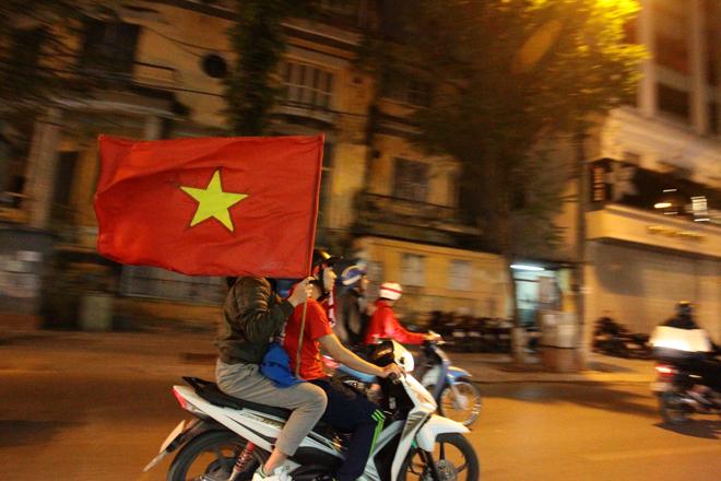 """U23 Việt Nam tạo nên """"cơn địa chấn"""", người hâm mộ đổ ra đường ăn mừng không ngớt - 5"""