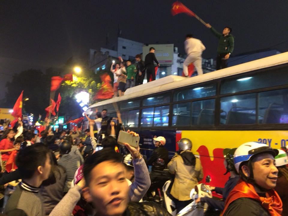 """U23 Việt Nam tạo nên """"cơn địa chấn"""", người hâm mộ đổ ra đường ăn mừng không ngớt - 13"""