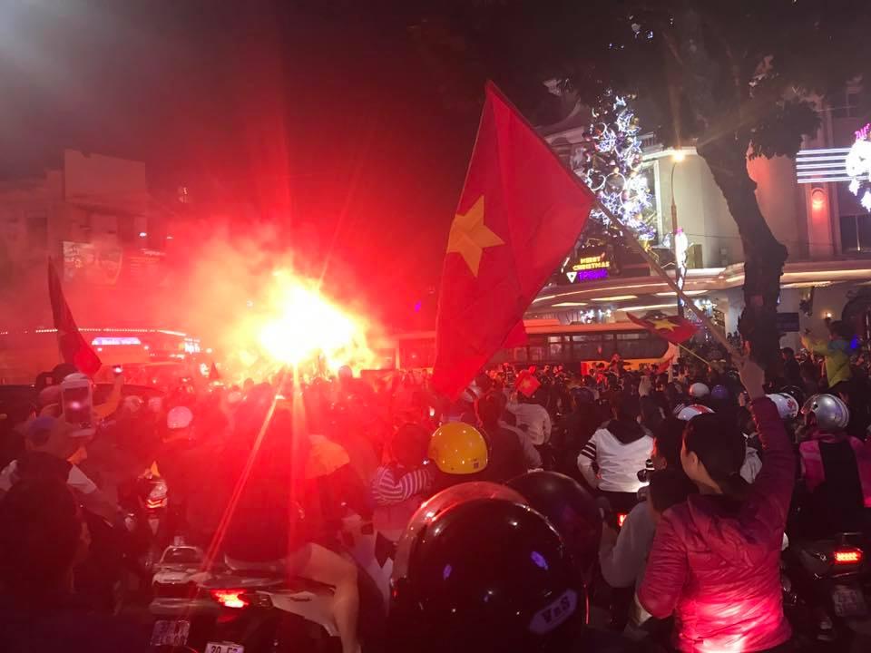 """U23 Việt Nam tạo nên """"cơn địa chấn"""", người hâm mộ đổ ra đường ăn mừng không ngớt - 12"""