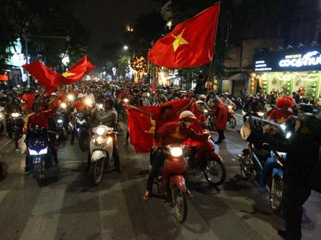 """U23 Việt Nam tạo nên """"cơn địa chấn"""", người hâm mộ đổ ra đường ăn mừng không ngớt"""