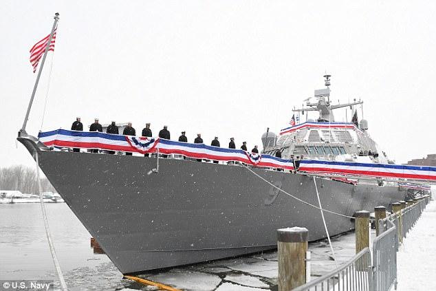 Tàu chiến Mỹ mắc kẹt giữa sông băng không thể di chuyển