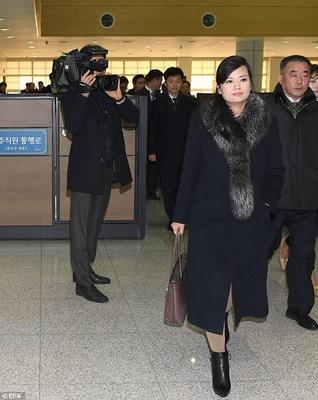 Bạn gái cũ ông Kim Jong-un nghiêm nghị dẫn đoàn tới HQ