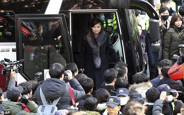 Bạn gái cũ ông Kim Jong-un nghiêm nghị dẫn đoàn tới HQ - 2