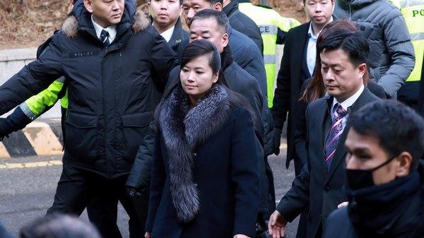 Bạn gái cũ ông Kim Jong-un nghiêm nghị dẫn đoàn tới HQ - 4