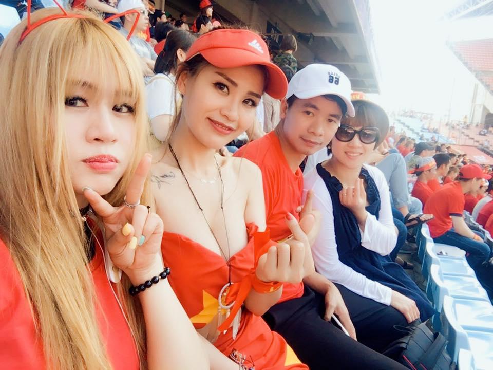 1001 cách mặc sexy của chị em khi cổ vũ tuyển bóng đá Việt Nam - 1