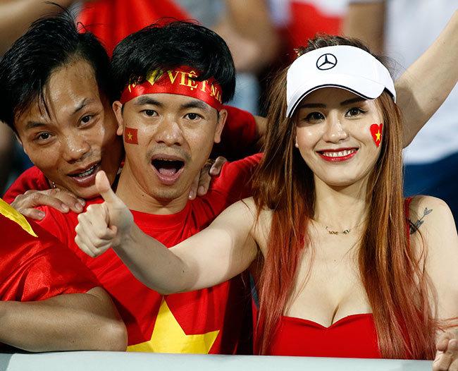 1001 cách mặc sexy của chị em khi cổ vũ tuyển bóng đá Việt Nam - 3