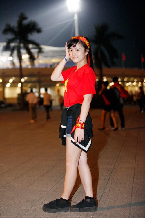 1001 cách mặc sexy của chị em khi cổ vũ tuyển bóng đá Việt Nam - 9