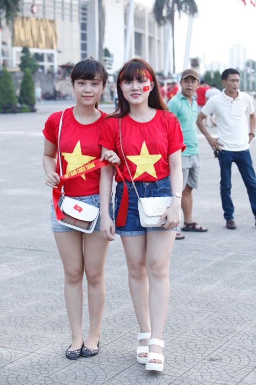 1001 cách mặc sexy của chị em khi cổ vũ tuyển bóng đá Việt Nam - 10