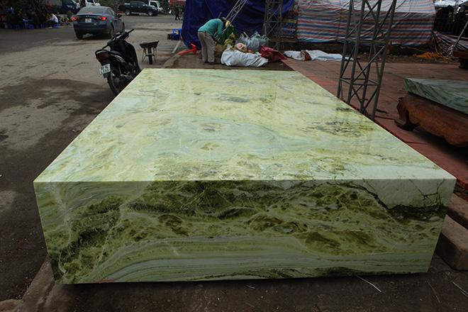 Tấm phản đá xanh ngọc nguyên khối nặng 14 tấn xuất hiện ở Hà Nội - 2