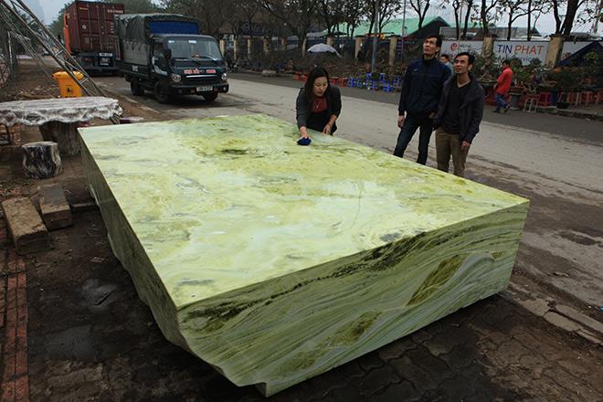 Tấm phản đá xanh ngọc nguyên khối nặng 14 tấn xuất hiện ở Hà Nội - 1