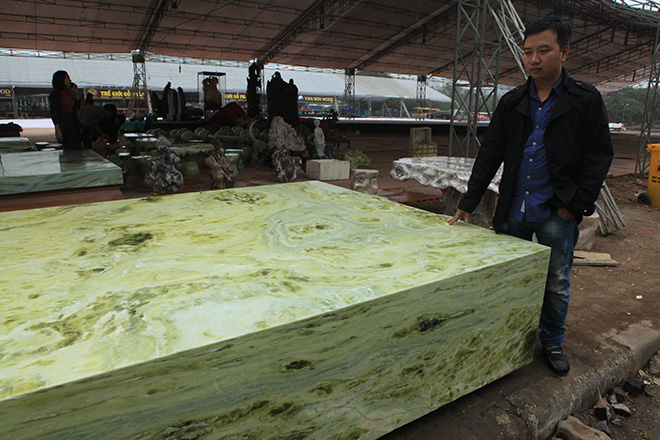 Tấm phản đá xanh ngọc nguyên khối nặng 14 tấn xuất hiện ở Hà Nội - 6