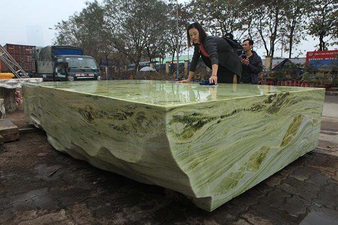 Tấm phản đá xanh ngọc nguyên khối nặng 14 tấn xuất hiện ở Hà Nội - 5
