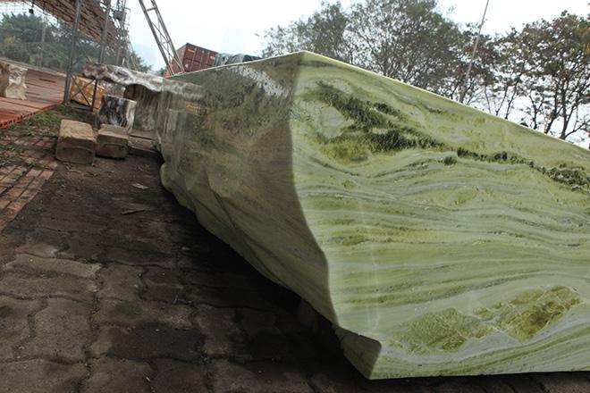 Tấm phản đá xanh ngọc nguyên khối nặng 14 tấn xuất hiện ở Hà Nội - 7