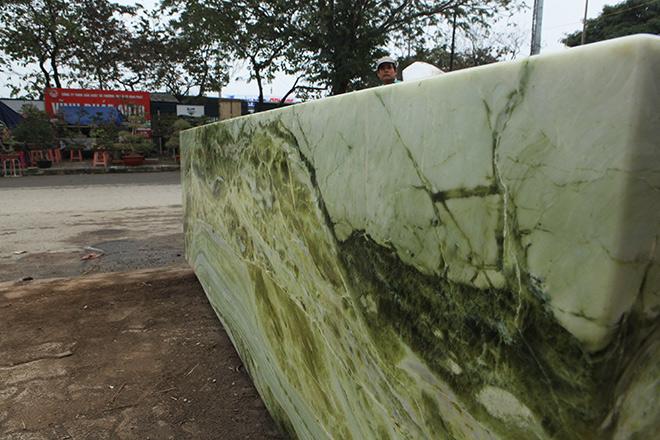 Tấm phản đá xanh ngọc nguyên khối nặng 14 tấn xuất hiện ở Hà Nội - 4