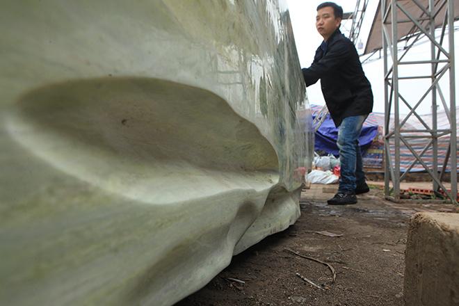 Tấm phản đá xanh ngọc nguyên khối nặng 14 tấn xuất hiện ở Hà Nội - 8