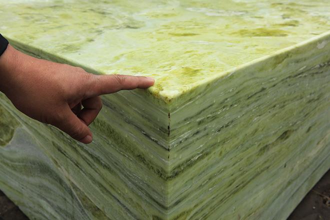 Tấm phản đá xanh ngọc nguyên khối nặng 14 tấn xuất hiện ở Hà Nội - 12