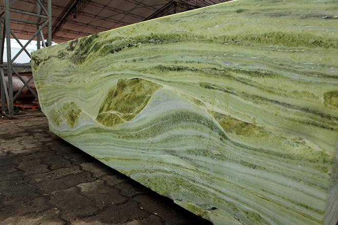 Tấm phản đá xanh ngọc nguyên khối nặng 14 tấn xuất hiện ở Hà Nội - 13