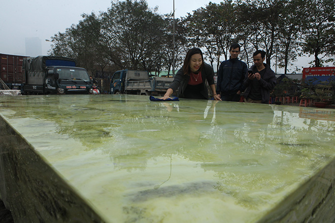 Tấm phản đá xanh ngọc nguyên khối nặng 14 tấn xuất hiện ở Hà Nội - 9