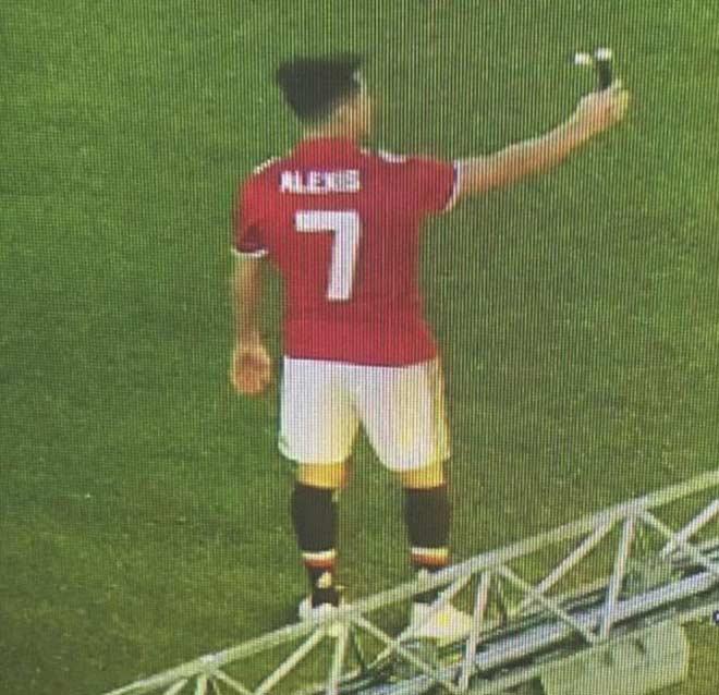 Sanchez đến MU: Đã có mặt ở Carrington, HLV Sir Alex Ferguson ra đón 4