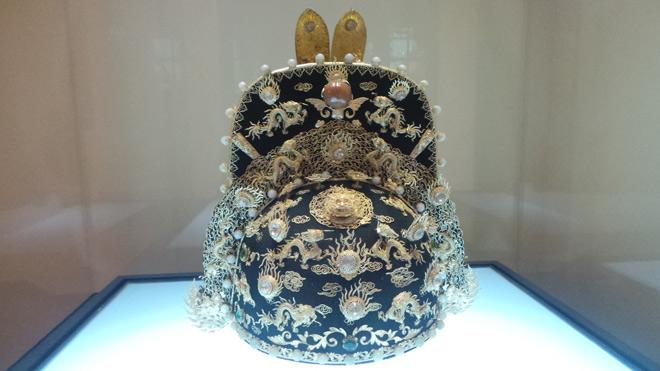Chiêm ngưỡng bảo vật gắn hàng chục con rồng vàng cùng kim sa đá quý