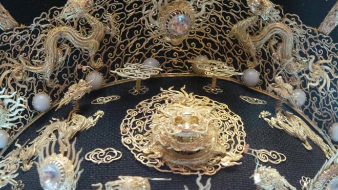 Chiêm ngưỡng bảo vật gắn hàng chục con rồng vàng cùng kim sa đá quý - 6