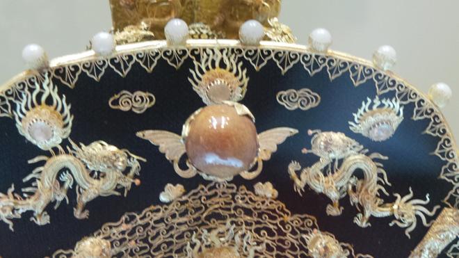 Chiêm ngưỡng bảo vật gắn hàng chục con rồng vàng cùng kim sa đá quý - 7
